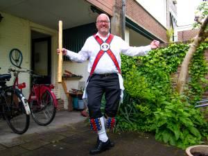 Traditioneel Morrisdansen is méér dan bewegen, weet Arnold: 'We dansen altijd op 50 meter van een kroeg'