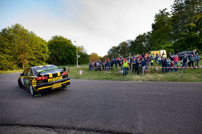 Antoine van Ballegooijen tijdens de ELE Rally in een bocht met publiek.