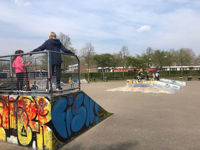 Het skatepark in het Bevrijdingspark Uden wordt dagelijks druk bezocht door jong en oud. De politiek wil dat de baan wordt opgeknapt en gemoderniseerd.