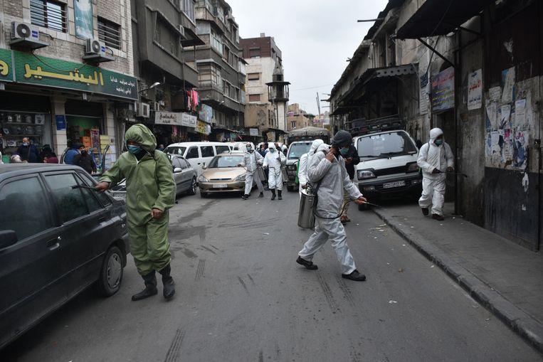 In Damascus worden straten en voertuigen ontsmet, maar vaccins had Syrië vooralsnog niet gekregen. Beeld EPA-EFE