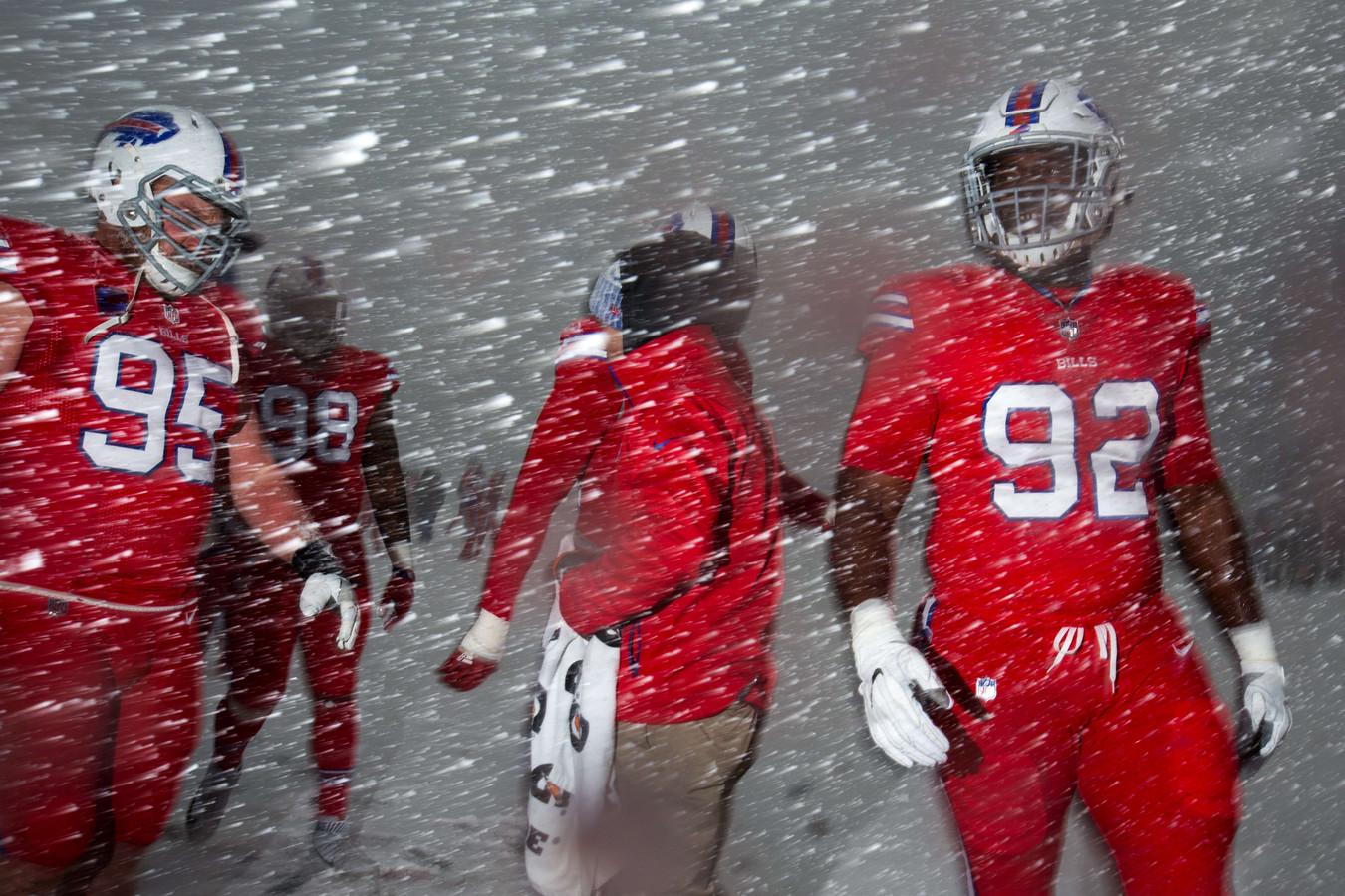 Kyle Williams (95), Deandre Coleman (98) en Adolphus Washington (92) van de Buffalo Bills bij hun 'warming-up' voor hun wedstrijd tegen de Indianapolis Colts.