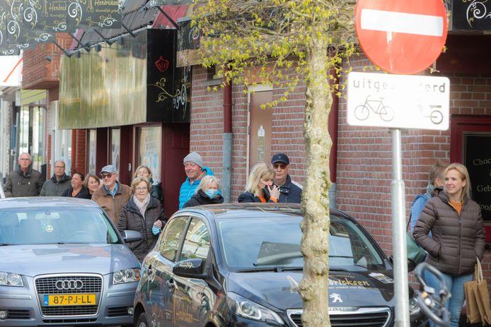 De wachtrij bij banketbakker Hendricksen in Baarn.