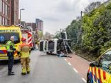 Moeder en kinderen belanden met auto op zijn zijkant in Tilburg