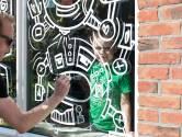 Enschedeër 'Jan Doodle' verrast jarige kinderen met een gratis raamtekening