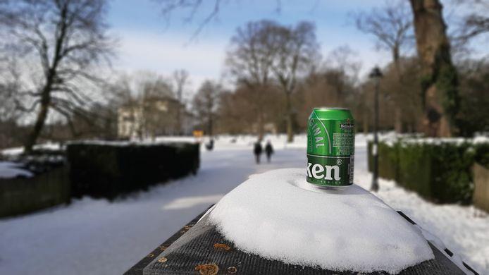 Een blikje bier op een pilaar bij de hoofdingang van Park Sonsbeek in Arnhem. In het park is een alcoholverbod ingevoerd vanwege hangjongeren.