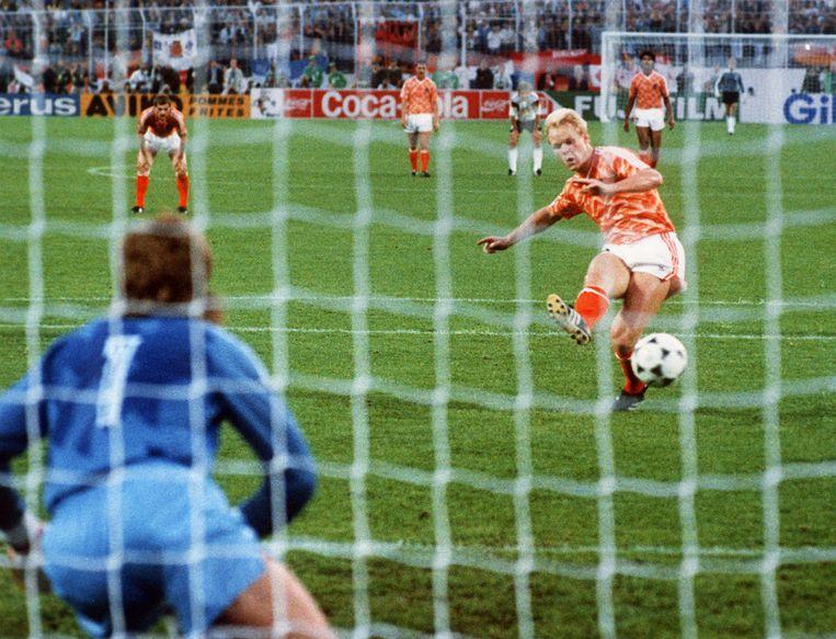 Ronald Koeman benut een strafschop bij doelman Eike Immel in de halve finale tegen West-Duitsland. Beeld AFP