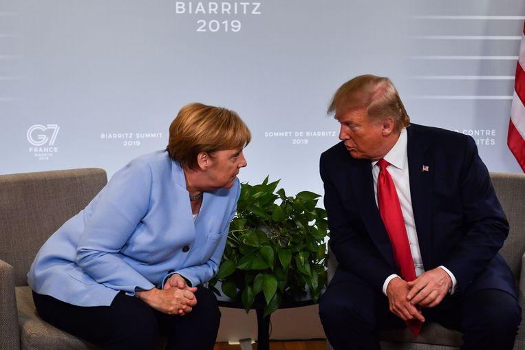 President Donald Trump (rechts) heeft een onderhoud met de Duitse bondskanselier Angela Merkel tijdens de G7-top van vorig jaar . Beeld AFP