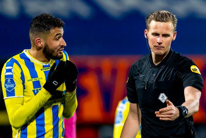 RKC'er Ahmed Touba en arbiter Sander van der Eijk.