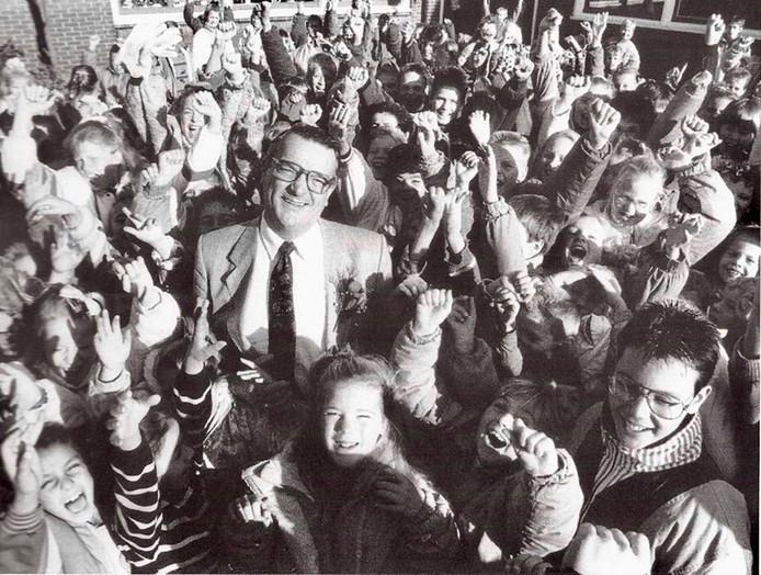 Ed van Nieuwkerk tussen zijn leerlingen.