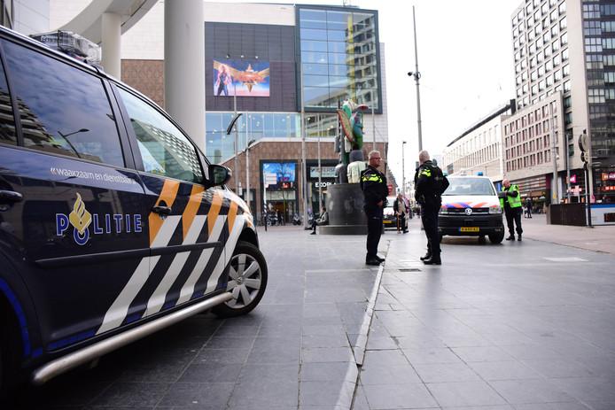 Politiemannen staan bij het stadhuis omdat er een dreigement is geuit.