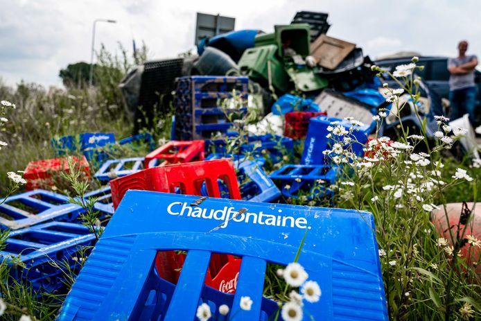 Afval in het Limburgse Meers dat is achtergebleven na het hoogwater. Ook in Maas en Waal spoelde er van alles aan.