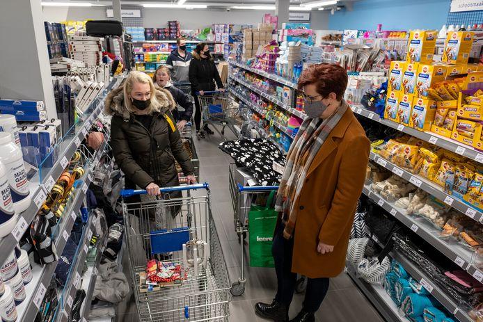 Winkelen op afspraak betekent niet dat je de hele winkel voor jezelf hebt. Lambertha Boeve (r) had met twintig minuten in ieder geval genoeg tijd om haar hele boodschappenlijstje bij elkaar te sprokkelen. En zelfs meer dan dat.