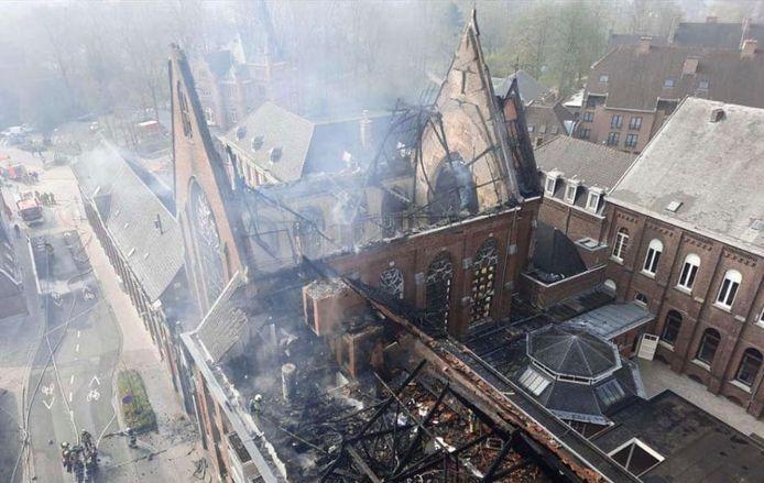 Bij de felle brand in de kapel en het klooster van de Zusters van Liefde in Heule kwamen brandresten die werden meegenomen door de wind neer in de omgeving, vooral in de richting van de R8.