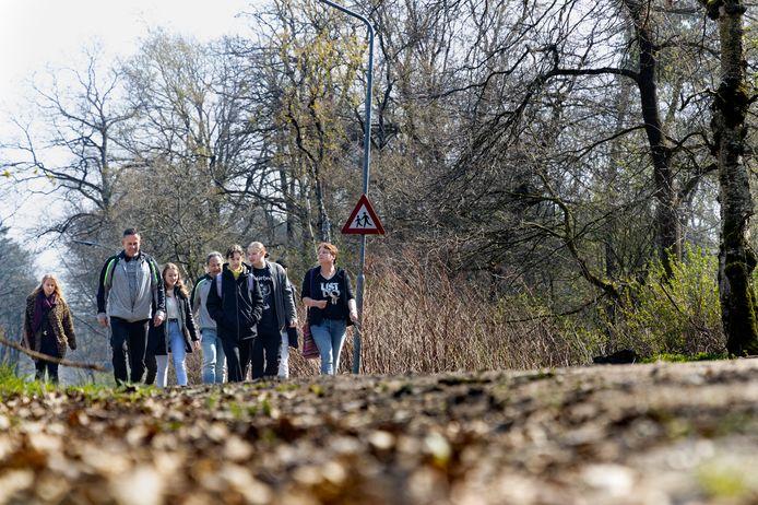 Michel van Eunen en Fabian den Uijl maken een wandeltocht met hun groep van zes langdurig werkloze jongeren uit Deurne.