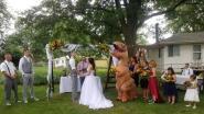 """Bruidsmeisje daagt op huwelijk van haar zus op als T-Rex: """"Ik mocht aandoen wat ik wou, had ze gezegd"""""""