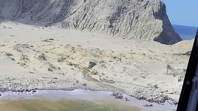 Het hele eiland is bedekt met vulkaanas na de uitbarsting.
