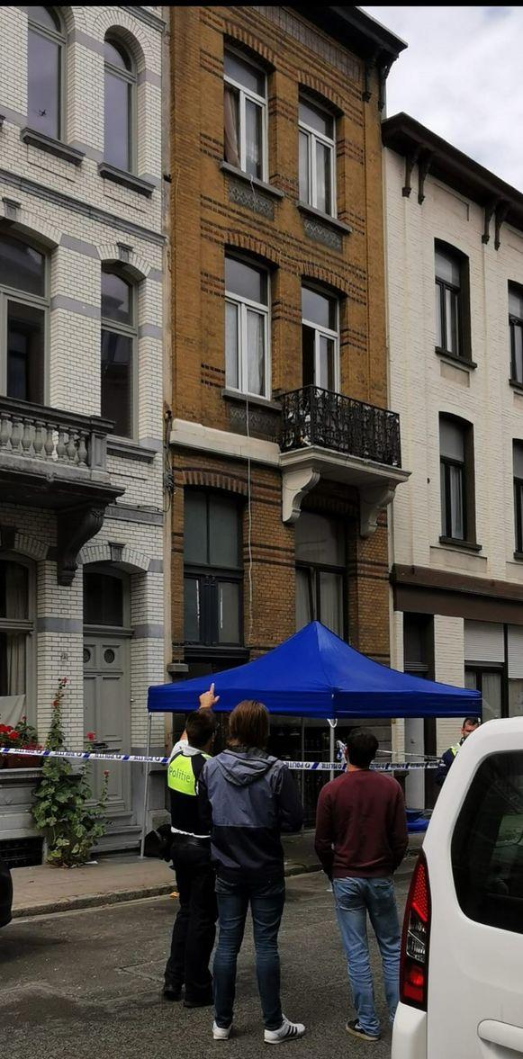 De twee mannen waren de hele tijd in de weer met een lange internetkabel die zij elders in het gebouw wilden aansluiten