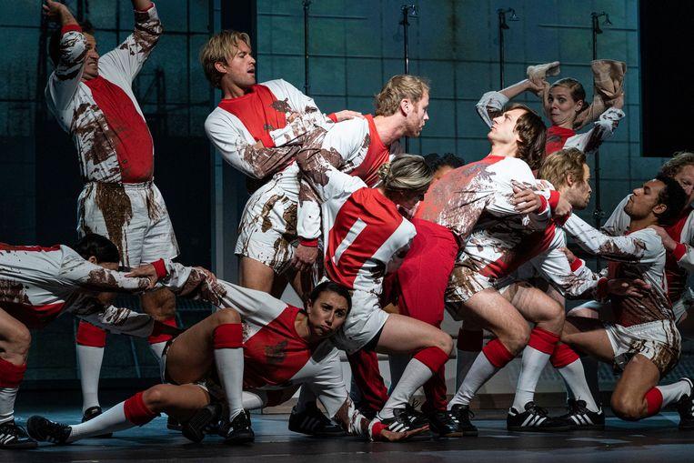 Tobias Nierop als Johan Cruijff (midden, achterover leunend) in 14 de musical.  Beeld Ben van Duin