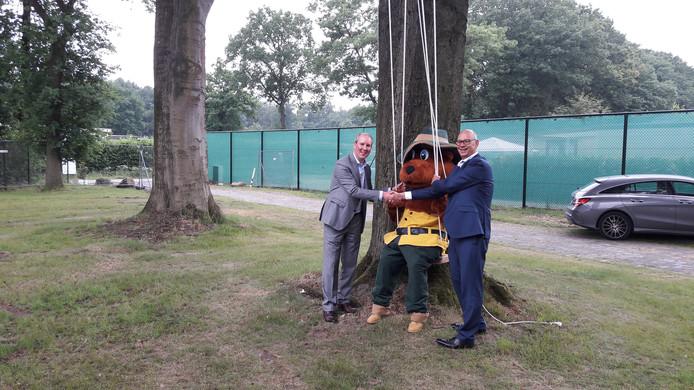 Samen met Landal-mascotte Bollo geven directeur Jark Schepens van Van de Ven Bouw & Ontwikkeling (links) en wethouder Gerard Bruijniks van Loon op Zand het startsein voor de bouw van Parck Kaatsheuvel.