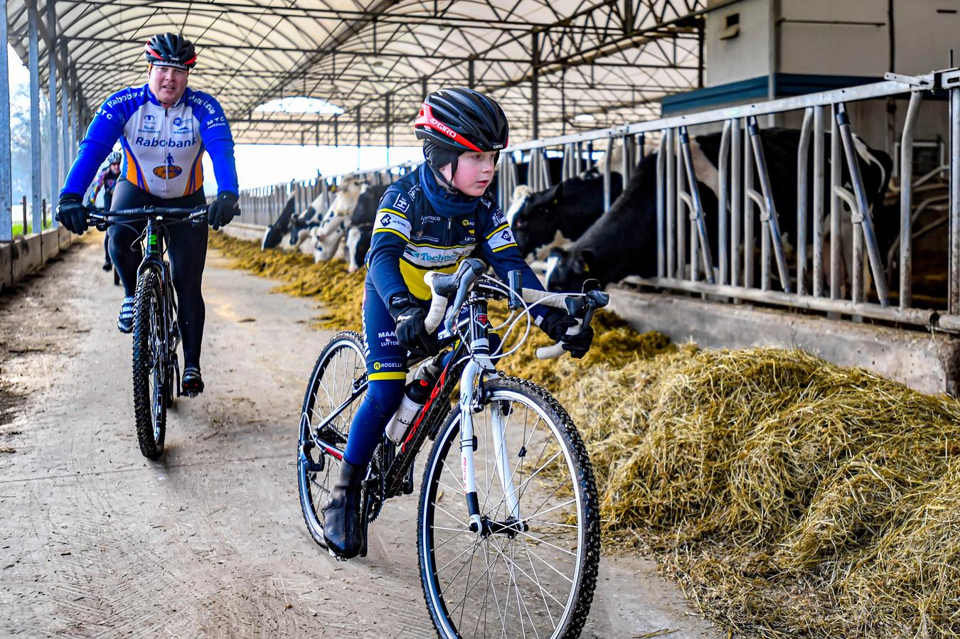 De veldtourtocht van RTC De Smid vorig jaar, door een koeienstal. De club twijfelt over het doorgaan ervan, dit jaar.