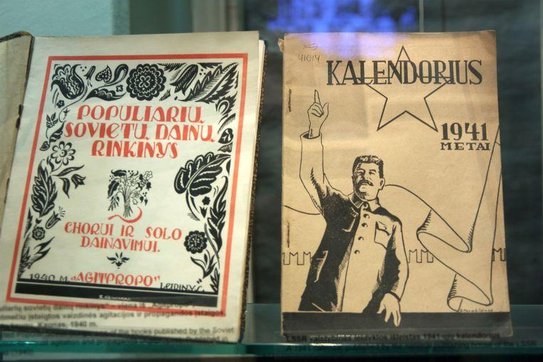 Muziekboekjes met lofliederen voor Stalin, geëxposeerd in het Genocidemuseum in Vilnius, Litouwen. Gevestigd in het voormalige KGB-hoofdkwartier. Beeld null
