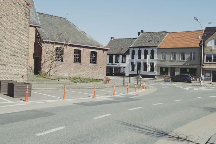 De paaltjes en bloembakken die op het Dorpsplein geplaatst werden zodat de gevaarlijke parkeerplaatsen niet meer gebruikt kunnen worden.