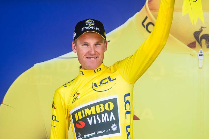 Mike Teunissen van de Nederlandse ploeg Jumbo-Visma in de gele trui na het winnen van de ploegentijdrit in de Tour de France.