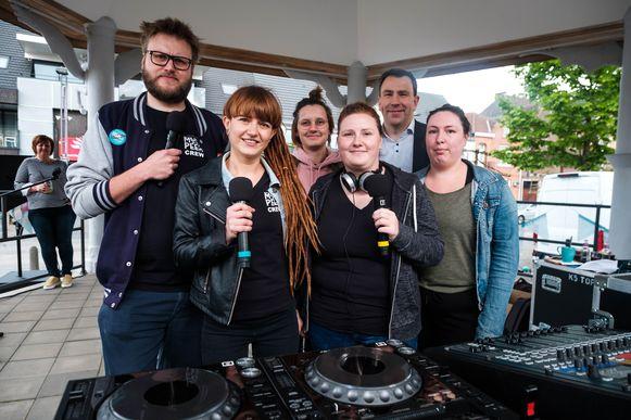 Recent namen jongeren in het kader van de bekendmaking van het logo van De Bak nog de radiozender FM Goud over.