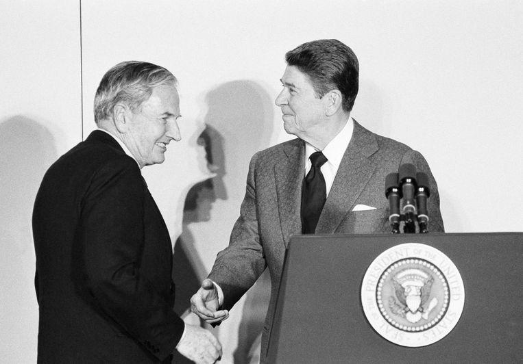 President Ronald Reagan en Rockefeller in 1984 op het ministerie van Buitenlandse Zaken. Beeld AP