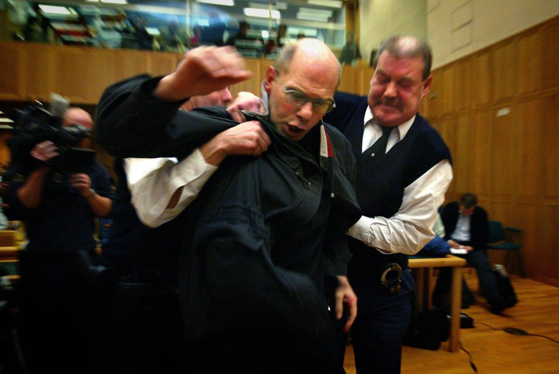 Ernest Louwes verzet zich tegen de twaalf jaar celstraf die hij krijgt opgelegd in het gerechtshof in Den Bosch in 2004.  Beeld ANP