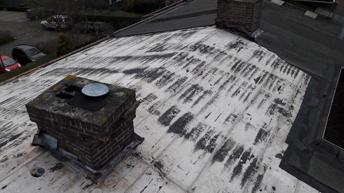 De bitumen dakbedekking op een aantal woningen in Vught is door de westerstorm van donderdag losgelaten.