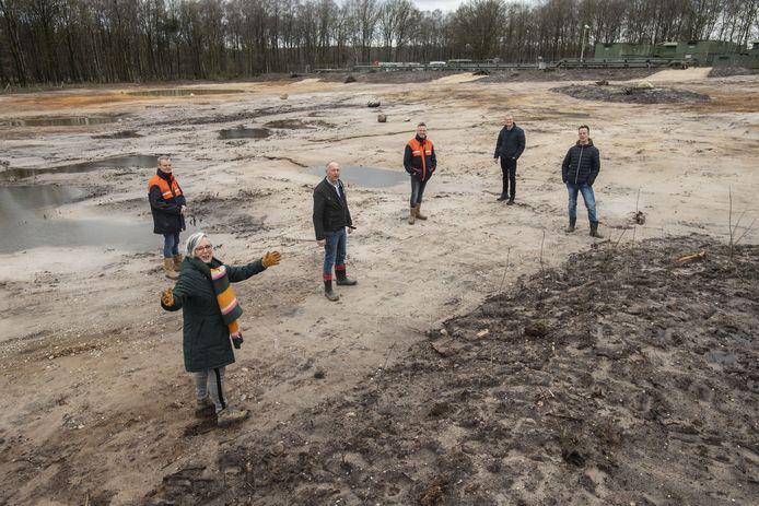 De NAM toont het gesaneerde terrein aan de Boortorenweg. Op de achtergrond de boorput van de voormalige gaswinning.
