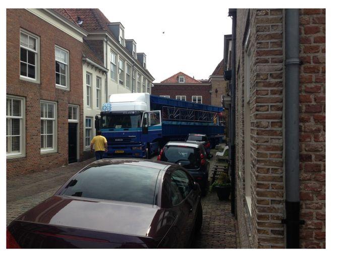 Vrachtverkeer zorgt voor overlast in de Drietrompetterstraat in de vesting Heusden.