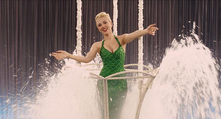 Scarlett Johansson verbluft met acrobatieën in badkostuum. Beeld rv