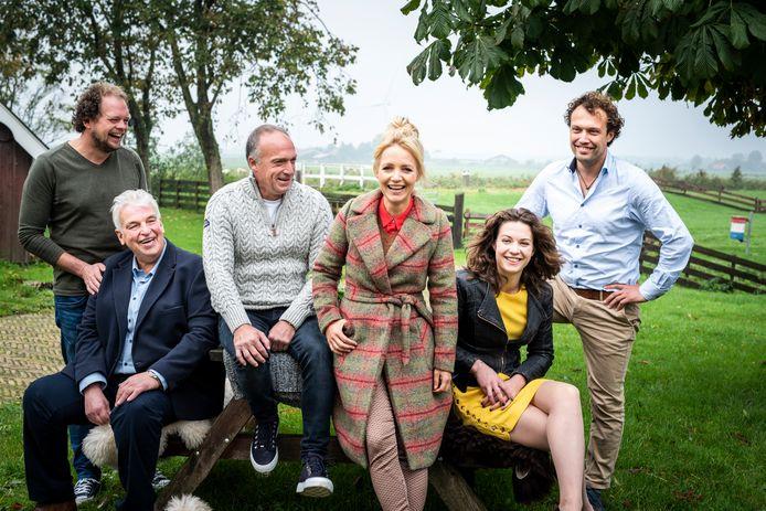 Yvon tussen de boeren Jan, Geert Jan, Geert, Annemiek en Bastiaan.