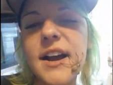 Meisje bewaart spin in mond