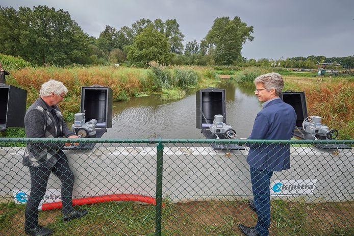 Bestuurslid Peter van Dijk (l) van Waterschap Aa en Maas en directeur Brabants Landschap Joris Hogenboom zetten de nieuwe inlaat, vlakbij de grote parkeerplaats van het kasteel aan het kanaal, officieel in werking.
