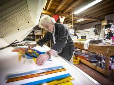 Altijd even scherp als kleurrijk: Ootmarsummer Frans Houben (75) en zijn glaskunst