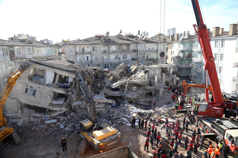 Reddingswerkers zoeken onder het puin van een ingestort gebouw in Elazig.