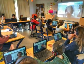 Omgekeerd afstandsonderwijs in De Meidoorn: kinderen in de klas, en juf thuis in quarantaine voor de webcam