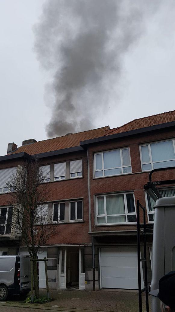 Buurtbewoners merkten een grote rookpluim op. Aan de achterkant van de woning waren de vlammen uitslaand.
