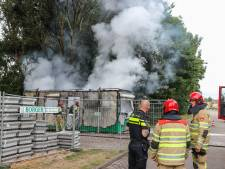 Felle brand verwoest bouwkeet op Urk