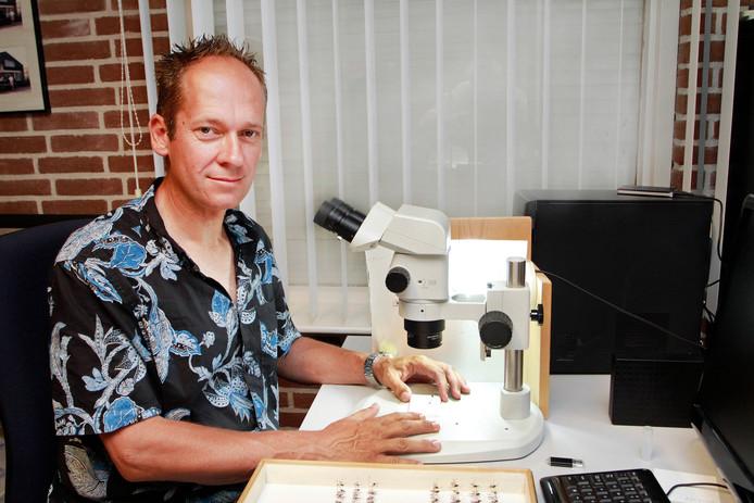 Edwin Brosens uit Sprundel bij zijn microscoop waarmee hij sluipwespen bestudeert.