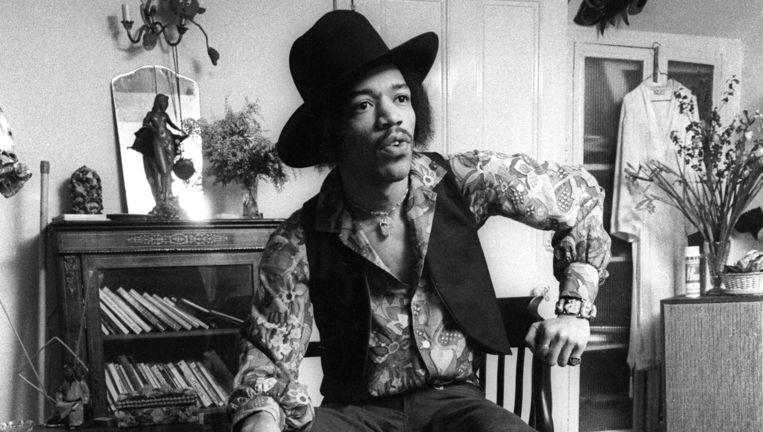 Jimi Hendrix in zijn appartement in 23 Brook Street Beeld Barrie Wentzell