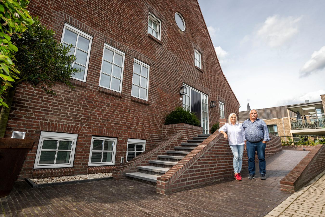 Ann en Wil Maas bij hun woning, het voormalige parochiehuis De Vank.