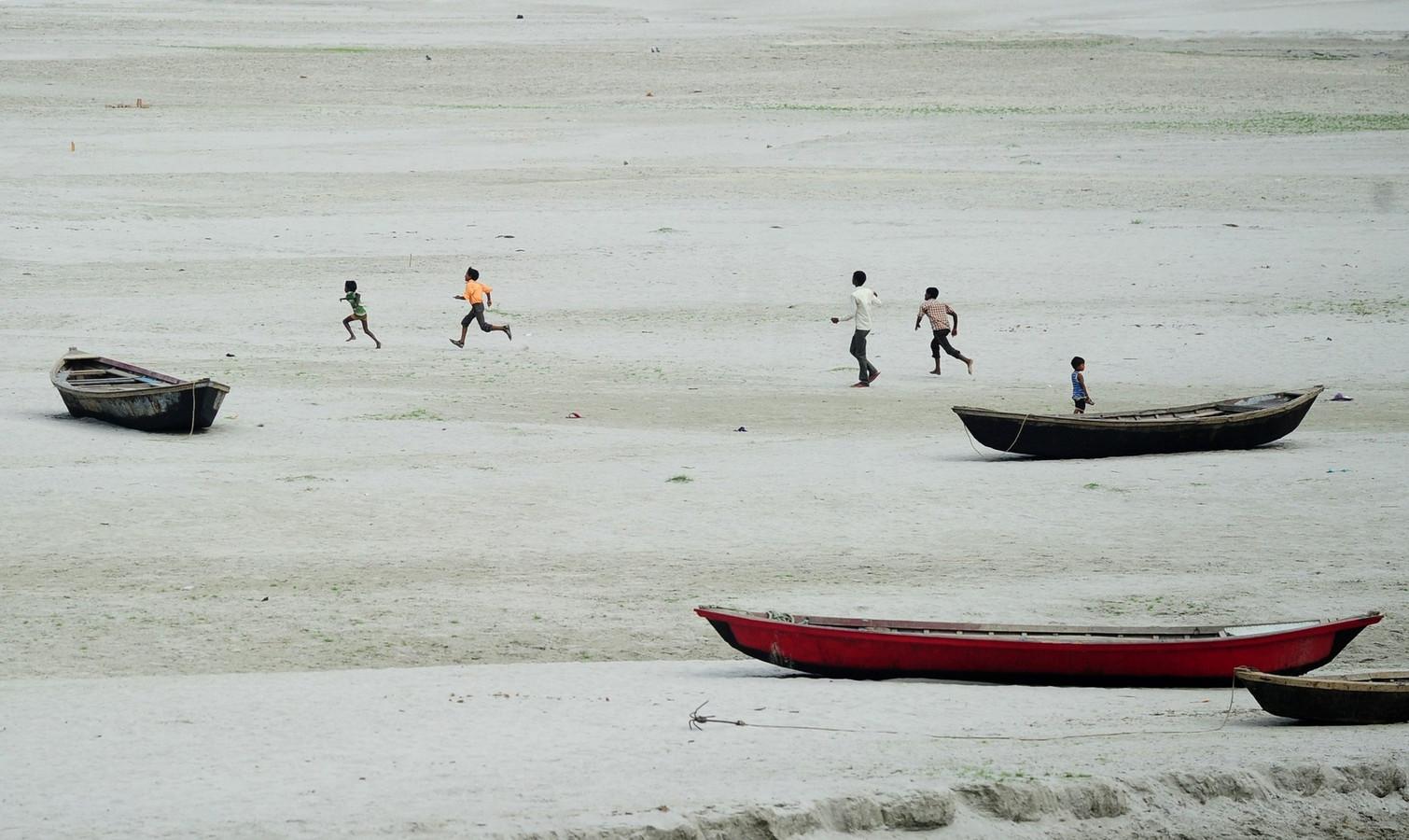 Nu al een feit: de droge rivierbedding van de Ganges, waar kinderen achter een vlieger aanhollen.