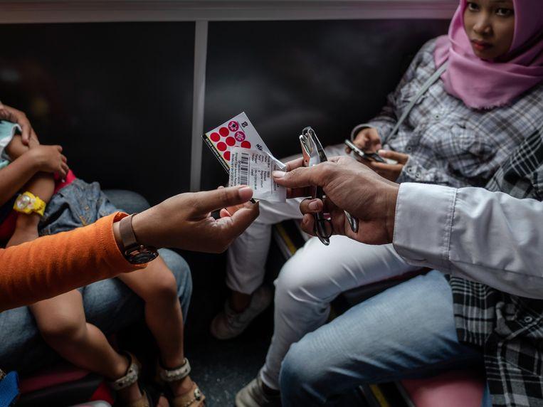 Kaartcontrole in een bus op het Indonesische eiland Java.