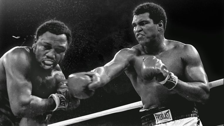 Het gevecht tussen Muhammad Ali en Joe Frazier in Manila, op 1 oktober 1975. Beeld ap