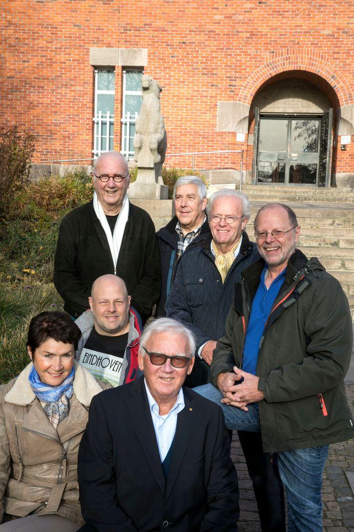Een aantal medewerkers van de Henri van Abbe Stichting op de plek waar het allemaal begon. Vooraan voorzitter Peter van den Baar.