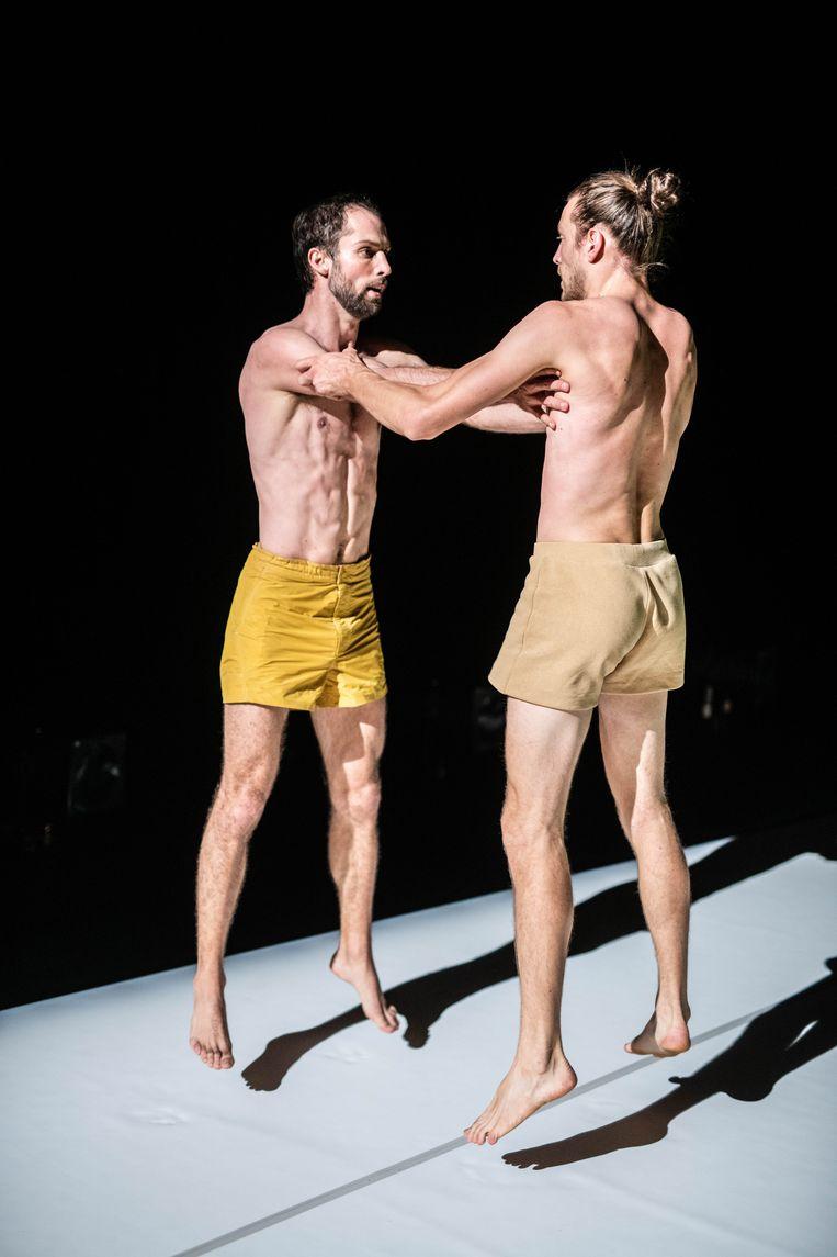 Alexander Vantournhout en Axel Guérin. 'Die dominantie van de superieure lichamen is zeker ook in de danswereld doorgedrongen. Terwijl het juist de imperfectie, de afwijking is die me interesseert.' Beeld rv/Bart Grietens